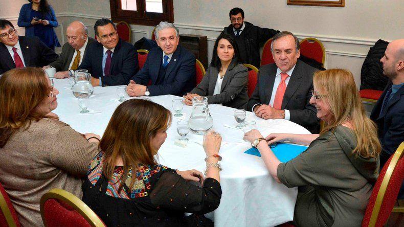 La gobernadora Alicia Kirchner recibió en su despacho a funcionarios de la Región de Magallanes y Antártica Chilena.