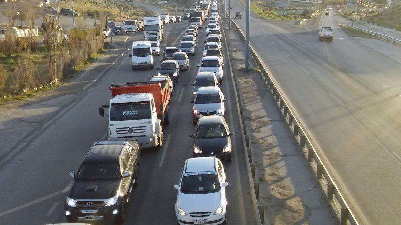 La larga hilera de vehículos se extendía hasta Kilómetro 4.