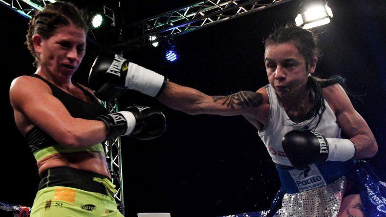 María Román conecta una derecha sobre el rostro Carolina Duer en el combate que se realizó la noche del viernes en San Isidro.