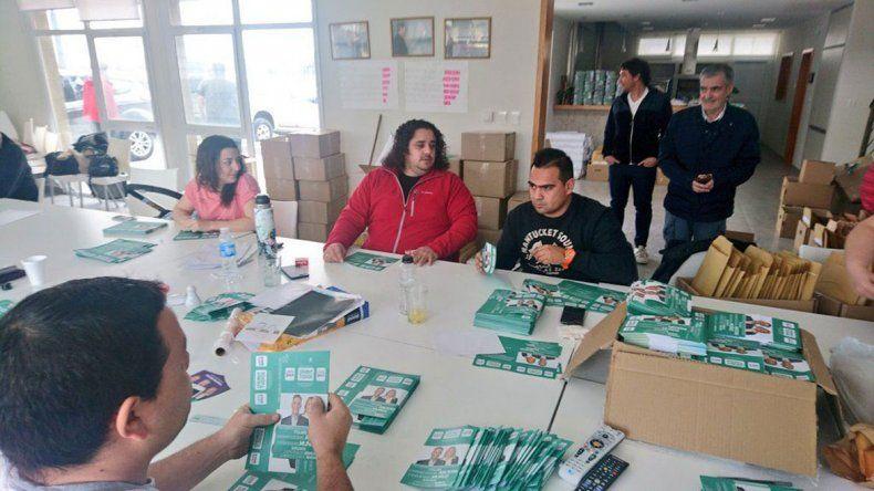 Mario Das Neves recorrió ayer por mañana varios locales de Chubut Para Todos en Trelew.