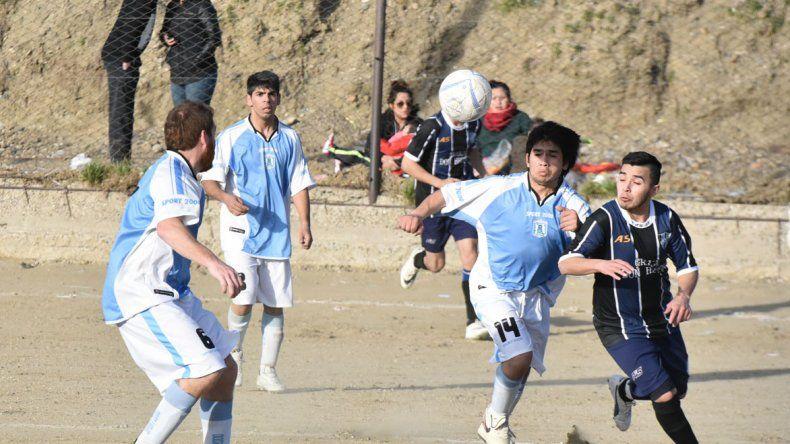 Alan Figueroa intenta un avance de Saavedra con la marca de Jonathan Quimel y la presión de Leandro Yáñez.