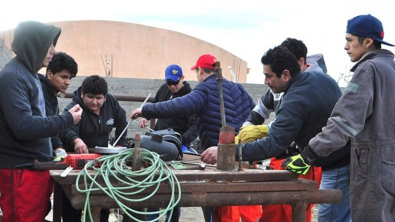 Jóvenes que asisten al taller de carpintería metálica impulsado por el municipio