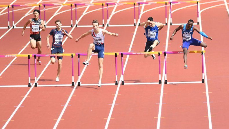 Guillermo Ruggeri en plena competencia de 400 metros con vallas ayer en el Mundial de atletismo que se celebra en Londres.