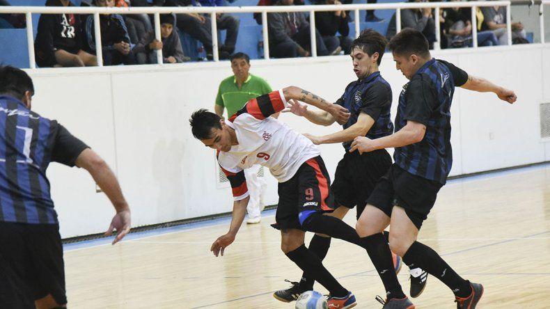 Inter se aseguró un lugar en las semifinales del torneo Apertura al derrotar 4-2 a Flamengo en el gimnasio municipal 1.
