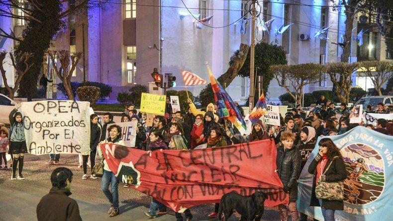 Más de 200 personas se movilizaron ayer para manifestarse en contra de la posibilidad de instalar una planta nuclear en Río Negro.