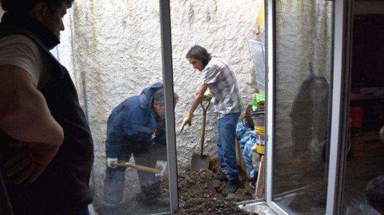 Foto: En la jornada de ayer se realizó la excavación en el patio de la familia Herrera-Delgado.