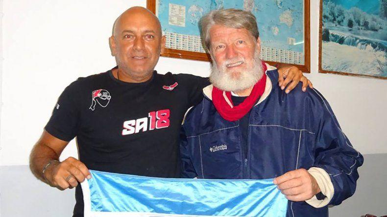 Argentinos y solidarios. Seba encontró de casualidad al Padre en la cola del avión
