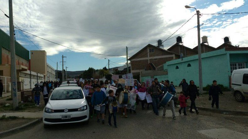 La comunidad de la Escuela 154 marchó por la reconstrucción del edificio