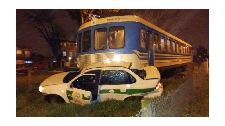 Un tren arrolló un taxi y la conductora salió caminando