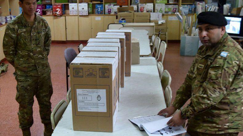 Personal del Regimiento de Tanques 9 de Puerto Deseado custodia las 146 urnas que corresponden a Caleta Olivia. En la foto
