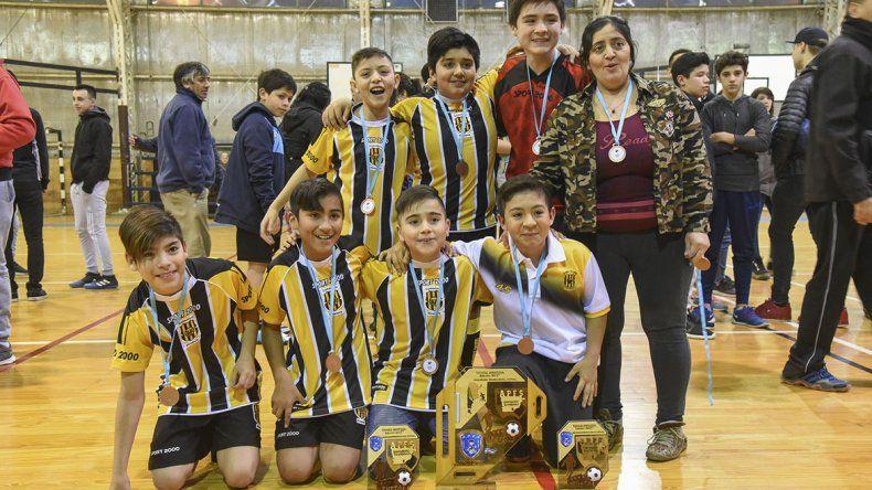 Los chicos de Olimpo que se quedaron con el título de la categoría Infantil.