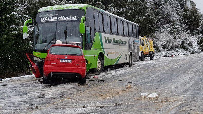El auto que conducía Mauro Giallombardo impactó de frente con el colectivo de la empresa Vía Bariloche.
