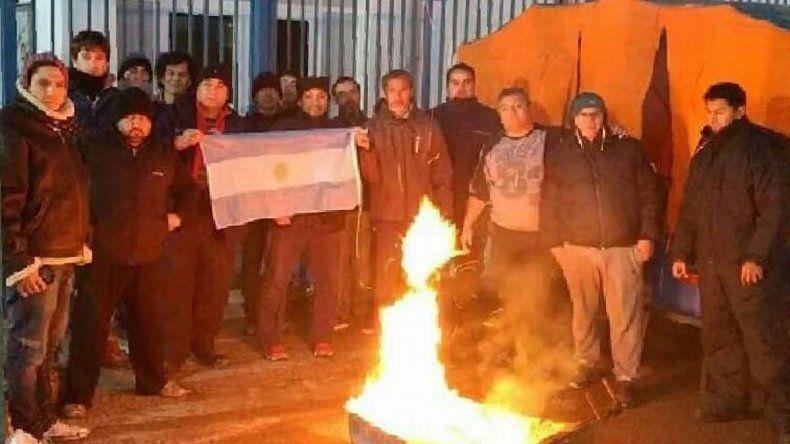 La manifestación de los extrabajadores de Pepsi en el exterior de la planta embotelladora de Trelew.