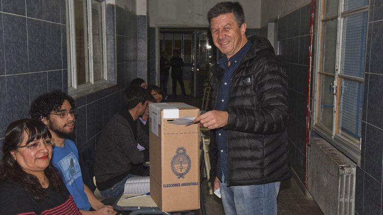 Gustavo Menna al emitir ayer su voto en la Escuela 749 de Comodoro Rivadavia.