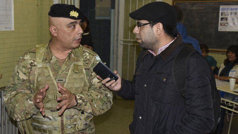 Un militar intentó exigirle a un  periodista que se quitara la boina