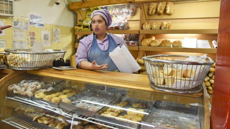 La empleada de la panadería asaltada contó que buscó cubrirse rápidamente. El ladrón saltó el mostrador y se llevó la recaudación.