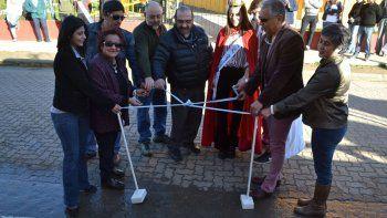 En el corte simbólico de cintas para inaugurar las obras de remodelación, Jorge Soloaga estuvo acompañado por miembros de su gabinete, comerciantes y la nueva soberana de la localidad.
