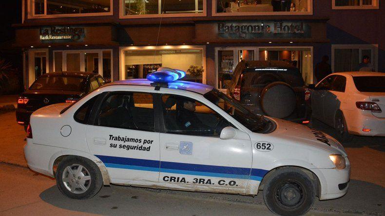 Patrulleros de diferentes dependencias llegaron pocos minutos después que los delincuentes escaparan en un auto de color negro con vidrios polarizados.