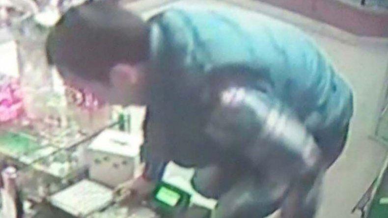 Luis Millapi al ser captado por las cámaras de la panadería Barile durante el asalto que cometió en mayo.