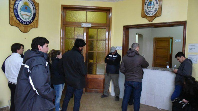 Numerosos  ciudadanos fueron a las  comisarías a justificar su no voto