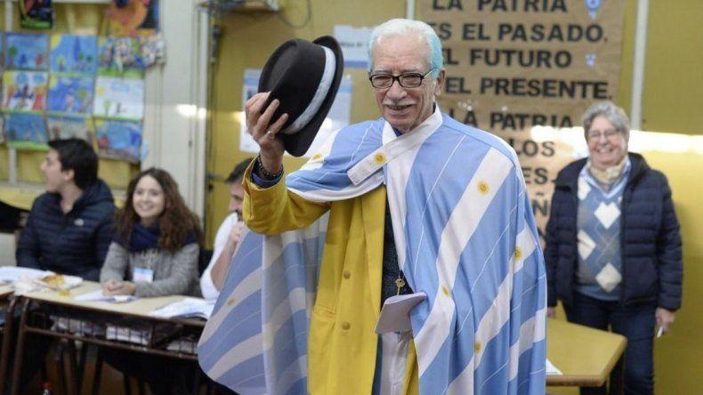 El look del sastre chubutense volvió a impactar en Buenos Aires