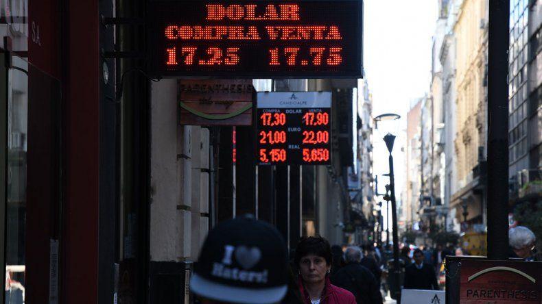 El dólar cayó tras las PASO del domingo. Su baja ayer fue del 3% respecto al cierre del viernes y cotizó en 17