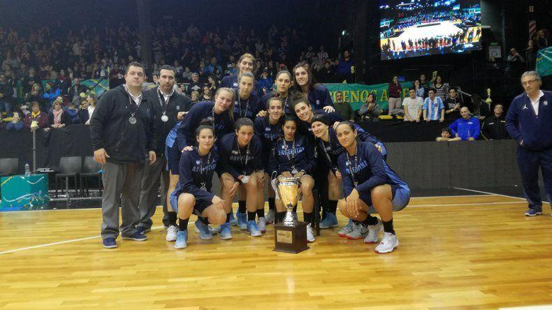 La selección argentina y cuerpo técnico posa con el trofeo de subcampeón del American Cup.