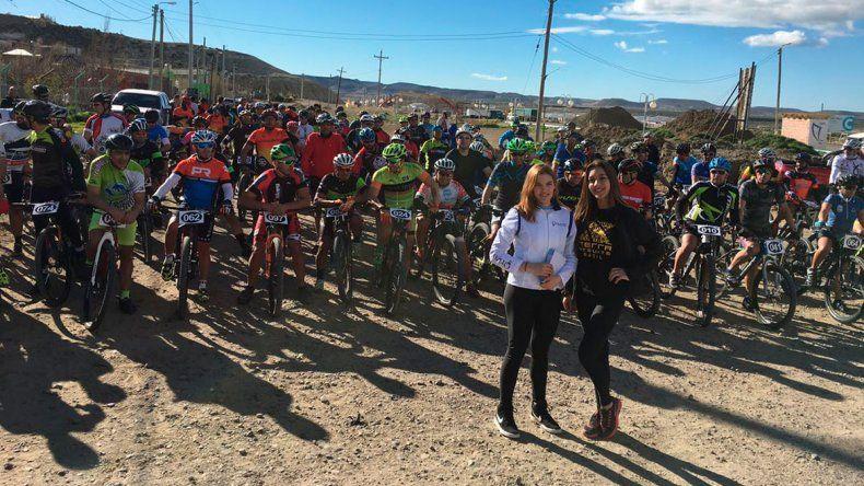 Los ciclistas en la línea de largada de la carrera que organizó Global Me en Km 12.