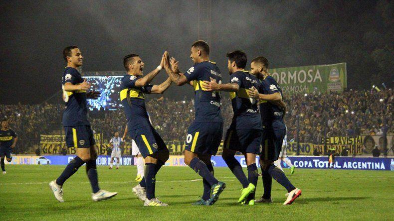 Los jugadores de Boca festejan el segundo gol marcado por el colombiano Edwin Cardona.