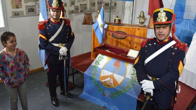 La Exposición Sanmartiniana que fue inaugurada ayer en el Centro Cultural de Caleta Olivia contó con una guardia de honor del Regimiento de Granaderos.