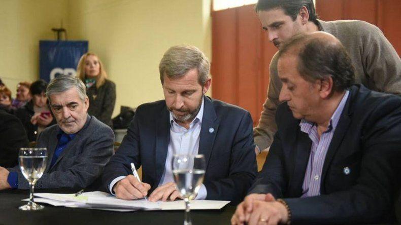 Frigerio llegó a Comodoro para firmar convenios por obras