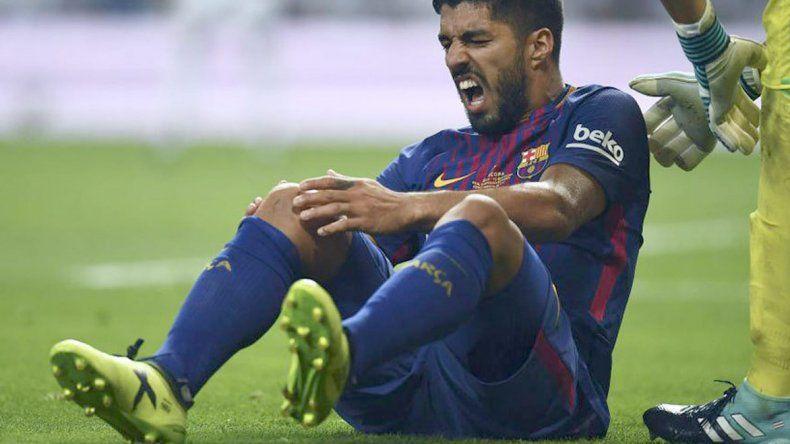 Luis Suárez en el momento de sufrir la lesión en el partido ante Real Madrid.