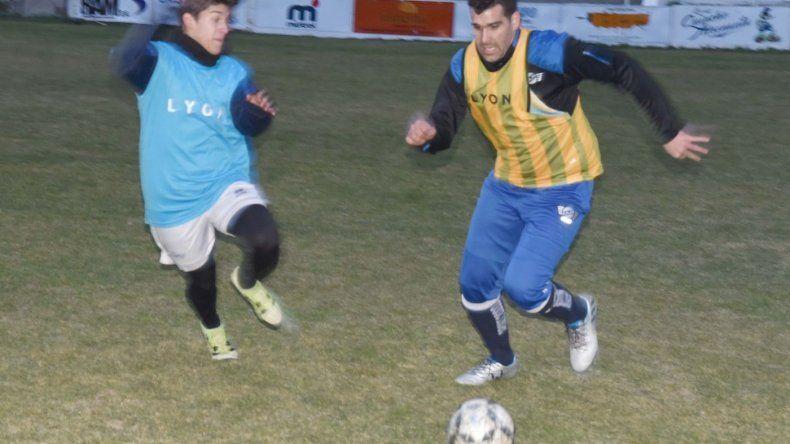 El plantel de Jorge Newbery realizó ayer una práctica futbolística vespertina en su cancha