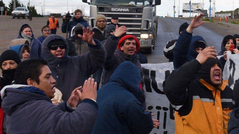 Los trabajadores municipales que llevan adelante la protesta por el demorado pago de salarios no superan el medio centenar. Ayer volvieron a cortar el acceso norte de Caleta Olivia.