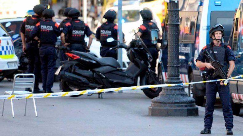 La policía de Cataluña continúa con la búsqueda de sospechosos.