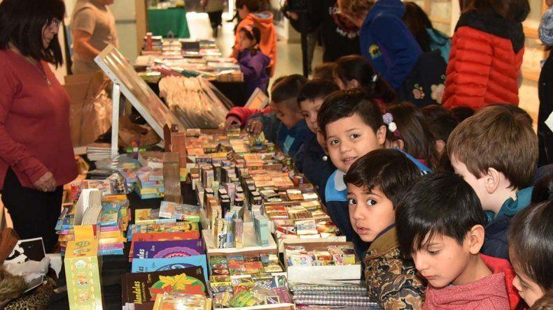 Niños y adultos continúan visitando la Feria del Libro. Recorren stands de editoriales y participan de talleres