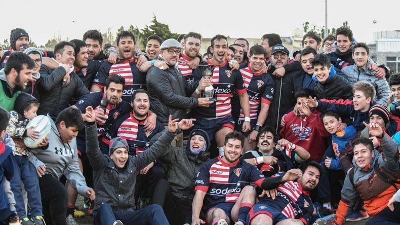 Comodoro RC festeja con su gente la conquista lograda ayer en cancha de Deportivo Portugués.
