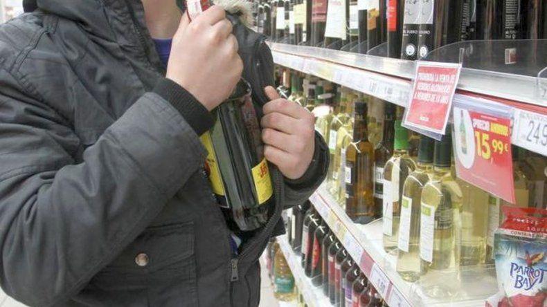 Dos adolescentes fueron sorprendidos sustrayendo bebidas en un almacén