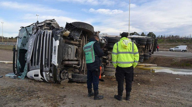 El vuelco del camión se produjo sobre la ruta Nacional 3 a metros del cruce con la Ruta 26.