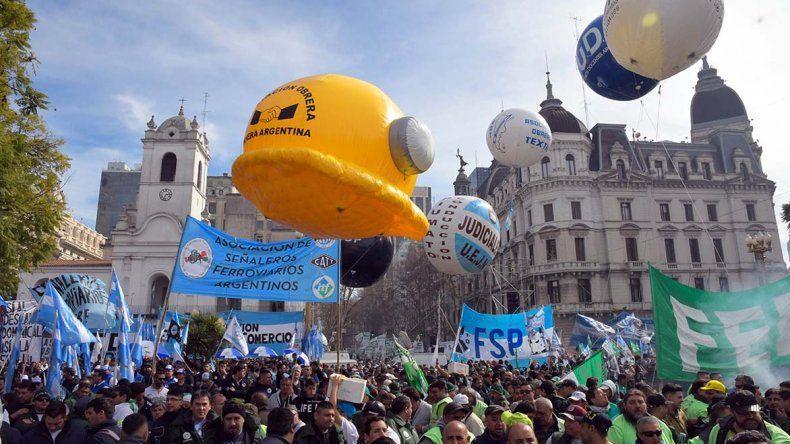 Una multitud copó ayer la Plaza de Mayo durante el acto organizado por los movimientos sindicales.