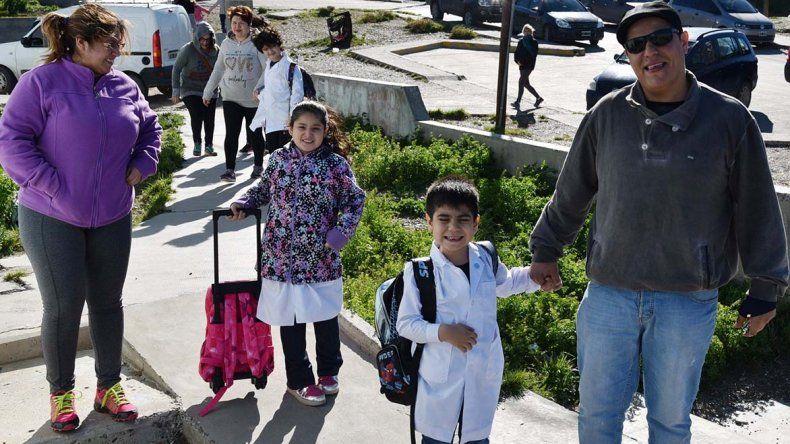 Miles de chicos acudieron ayer por primera vez a clases en lo que va del año acompañados por sus padres