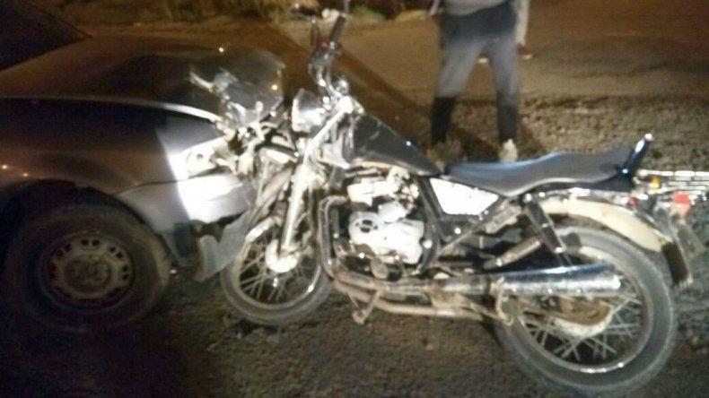 Una moto quedó incrustada en un Gol y el motociclista de salvó de milagro