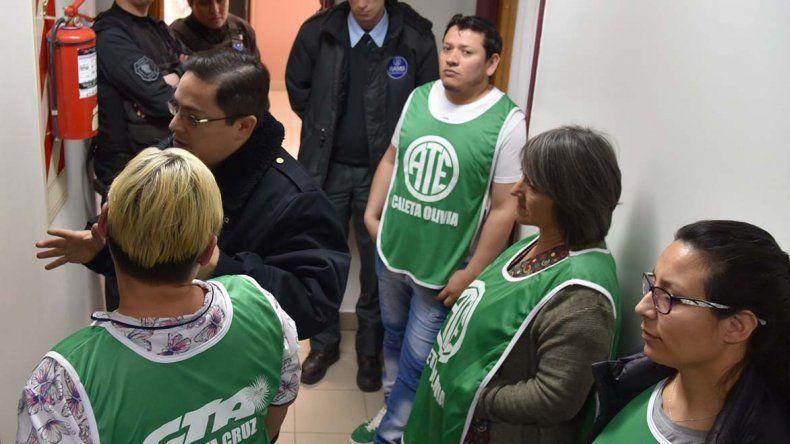 Personal de una empresa de seguridad privada y policías se apostaron en el acceso a las oficinas de la dirección hospitalaria para prevenir incidentes debido a la protesta de la afiliados de ATE.