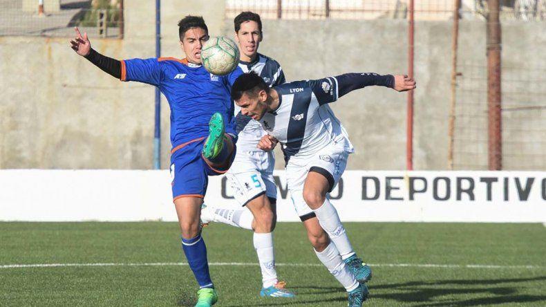 Ariel Rubio anticipa a Matías Carrizo. El defensor del Lobo anotó el segundo gol en Kilómetro 5.