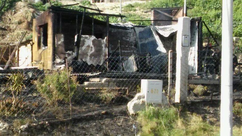Un incendio consumió una casa prefabricada en Laprida