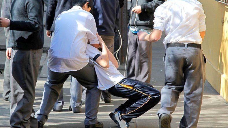 Debido al incremento de casos de violencia, padres montan guardia en la escuela