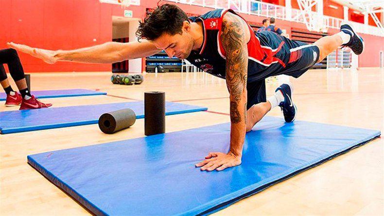 Carlos Delfino realizando ejercicios con el Baskonia de España.