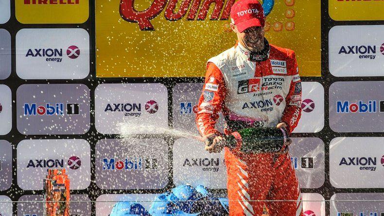 Matías Rossi celebrando con champagne.