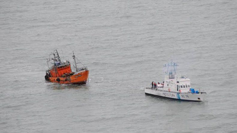 Los tripulantes del buque Que le importa fueron rescatados sanos y salvos tras el naufragio en las costas cercanas a Rawson.
