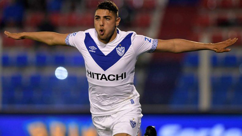 Maximiliano Romero festeja su primer gol anoche en el triunfo de Vélez sobre Tigre en Victoria.